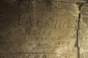 Graffiti de la Bande Noire daté de 1885 sur les murs du Panthéon.