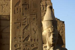La guide qui nous accompagne s'y entend à merveille pour rendre captivante et intelligible l'histoire de l'Égypte ancienne. Ici, le temple de Louxor.