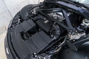 Le V8 allemand est installé en position centrale avant.