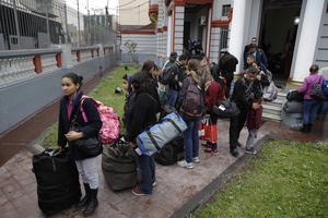 Les candidats au retour attendent le bus pour les conduire à l'aéroport.