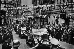 Adolf Hitler faisant son entrée à Asch dans le territoire des Sudétes en octobre 1938.