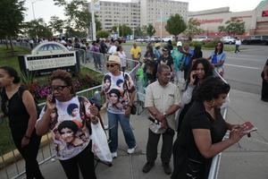 Les fans attendent pour rendre hommage à Aretha Franklin.