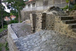 Un four en pierres à l'extérieur de la demeure.