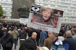 «Merkel doit partir» est inscrit sur les panneaux et scandé par les manifestants de l'AfD.