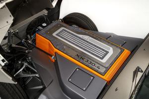 Sous le capot, l'emplacement du moteur XK est désormais occupé par le pack de batteries.