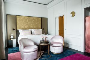 L'une des 54 chambres et son décor «poudré» aux éléments rose et dorés. A droite, l'armoire du «gourmet bar»