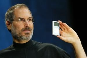Steve Jobs et un iPod mini, en 2004.