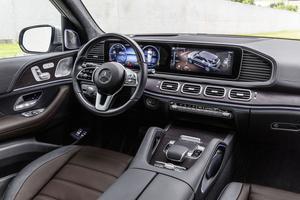 La grande dalle numérique à double écran se généralise chez Mercedes.