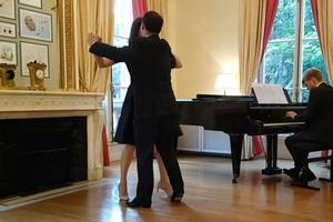 La visite de l'ambassade d'Autriche à Paris inclut aussi des cours de valse viennoise.