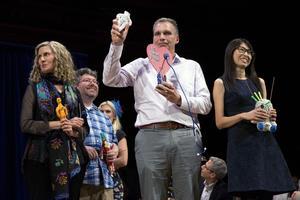 Les lauréats du prix Ig Nobel d'économie 2018, avec des poupées vaudoues.