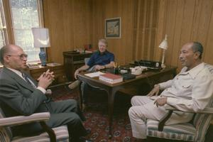 Menahem Begin, Jimmy Carter et Anouar el-Sadate lors des négociations de Camp David en septembre 1978.