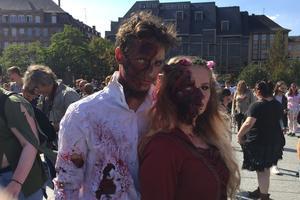 Deux étudiants Ostheimois déguisés en zombies.
