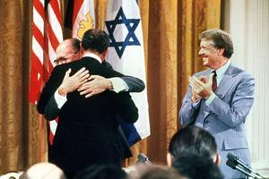 Accords de Camp David en septembre 1978: Menahem Begin (premier ministre israélien) serre dans ses bras Anouar el-Sadate, président égyptien.