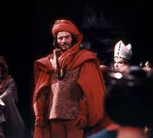 Jean Piat en Robert d'Artois, l'écarlate baron des «Rois maudits».