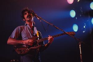 Frank Zappa sur scène en France, vers 1970.
