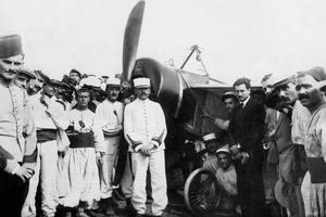 L'aviateur Roland Garros (1888-1918) à son arrivée à Bizerte, en Tunisie, le 23 septembre 1913, après sa traversée sans escale de la Méditerranée.