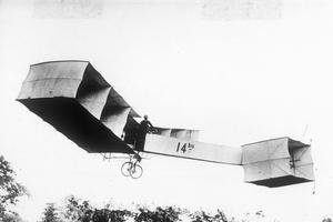 Alberto Santos-Dumont (1873-1932) avec son biplan 14 bis, le 23 octobre 1906 dans le parc de Bagatelle, au Bois de Boulogne.