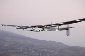 L'avion Solar Impulse II vole au large d'Oahu lors d'un vol d'essai, depuis l'aérodrome de Kalaealoa à Kapolei, Hawaii, le 3 mars 2016.