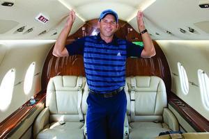 Aujourd'hui, l'avion personnel fait partie de l'équipement classique des stars du golf, à l'instar de Sergio Garcia (ici en 2011), qui s'entraîne au putt dans l'allée centrale.