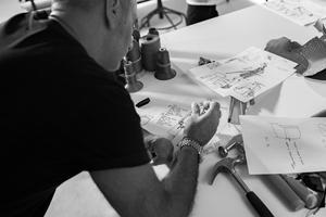 Alessandro Dell'Acqua au travail dans les ateliers Tod's