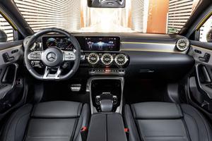 L'A 35 AMG hérite de l'intérieur de la nouvelle classe A, et de son immense tablette digitale.