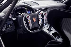 Le cockpit est similaire à celui des modèles de course de la marque.