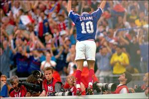 Zidane célébrant son ouverture du score contre le Brésil.