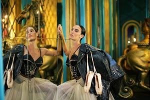 Danse et chant décalés, Gaultier bouscule les codes de la revue traditionnelle.