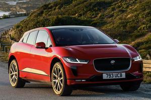 Jaguar I-Pace, première alternative à Tesla Sorte de berline surélevée, l'anglaise emprunte ses codes stylistiques aux véhicules phares de la marque. Aussi à l'aise en franchissement que sur l'asphalte, il est le premier SUV à casser le monopole de Tesla en proposant une familiale haut de gamme 100% électrique. À partir de 78380 €.