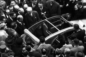 La 2CV est présentée au Salon de l'automobile de 1948, sous l'oeil attentif de Vincent Auriol, président de la République.
