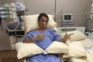 Jair Bolsonaro sur son lit d'hôpital après son agression au couteau lors d'un meeting.
