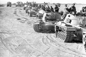Guerre du Kippour 1973: une colonne de chars israéliens fait un arrêt dans sa marche vers le front égyptien.