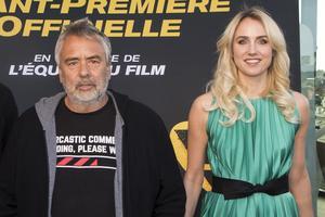 Luc Besson et l'actrice Sand Van Roy le 6 avril à Les Pennes-Mirabeau (sud).