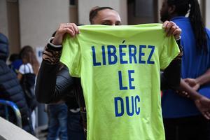 Une fan de Booba, au tribunal de Créteil le 6 septembre, avec un tee-shirt «Libérez le duc», surnom de Booba.