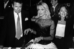 Géraldine Danon au Palace à Paris, en 1987, pour fêter son premier clip avec son père et sa mère.