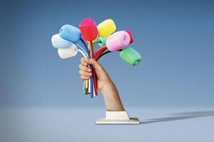 Le «Bouquet de tulipes» représente une main tenant des tulipes multicolores.