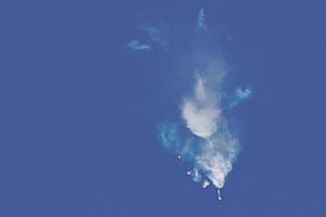 Nuée de débris dans le ciel après l'explosion de Soyouz, un peu plus de deux minutes après son décollage.
