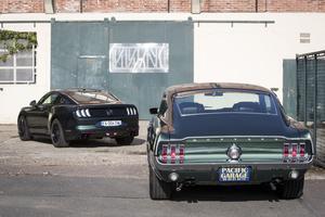 Une vue arrière de la Ford Mustang Bullit et son ancêtre le Fastback V8 de 1968.