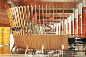 Le nouvel aménagement du restaurant de la Maison de la Radio (XVIe) épouse une bonne partie de la baie vitrée circulaire du bâtiment.