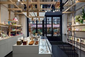 La structure d'étagères en bois clair de frêne-olivier de la boutique de la marque japonaise Mark's, rue du Trésor (IVe).