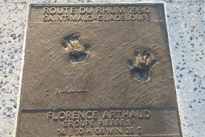 Sur une partie du quai du Bajoyer, les empreintes de Florence Arthaud.