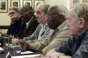 De gauche à droite: Lionel Bernstein, Andrew Mlangeni, Dennis Goldberg, Raymond Mhlaba et Arthur Goldreich s'adressent à la presse à la ferme de Rivonia (Liliesleaf) à Johannesburg, le 15 décembre 2001.