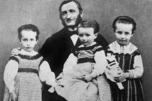 Louis-Prosper Claudel avec ses trois enfants Louise, Paul et Camille.