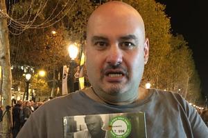 Raphaël, livreur de repas à Paris, a acheté quatre exemplaires du CD. Bouleversé par son acquisition, son émotion est palpable.
