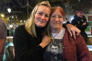 «43 ans que je l'aime, Johnny», témoigne une retraitée. Elle est venue avec sa fille depuis Fontainebleau.