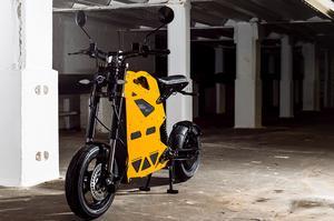 Au guidon, la position de conduite et le comportement ne rappellent ni un scooter, ni une moto.