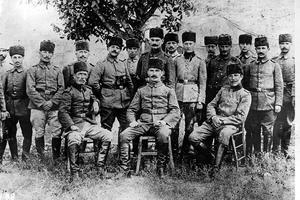 Au centre assis, Mustafa Kemal Atatürk avec son état-major vers 1923.