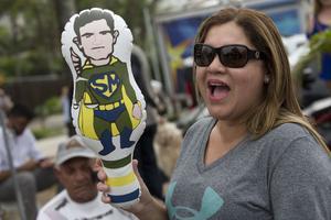 Une Brésilienne supportrice du président élu Bolsonaro brandit une poupée gonflable du juge Sergio Moro ce 1er novembre 2018.