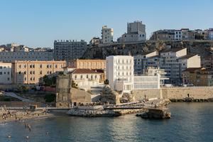 Au bout de la plage des Catalans, l'hôtel Les Bords de Mer dresse sur la roche blanche sa drôle de façade immaculée.
