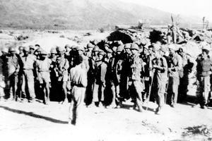 Des prisonniers français le 8 mai 1954 au lendemain de la chute de Diên Biên Phu.